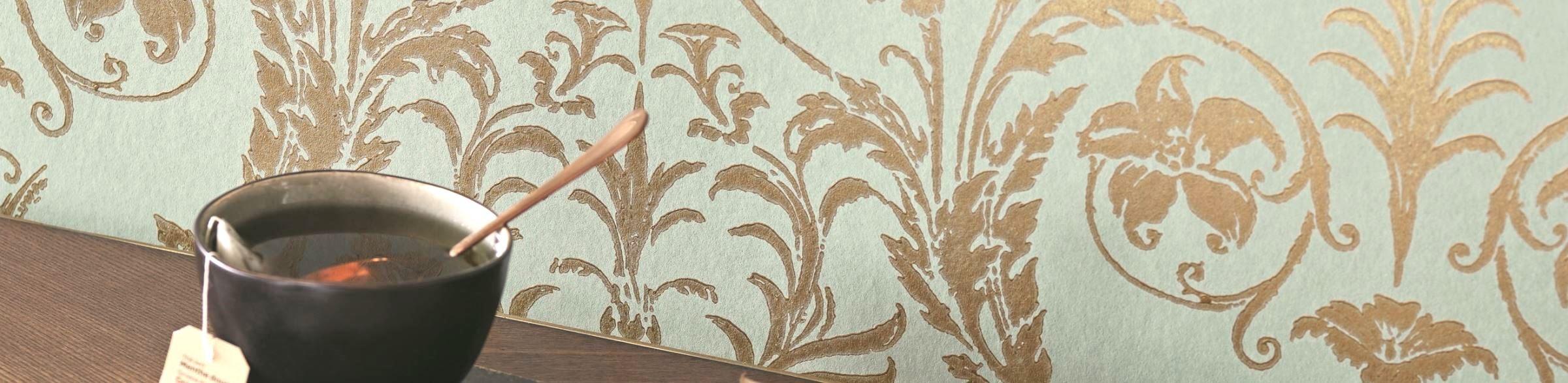 Papier peint intissé à l'ambiance classique au motif d'arabesques de la collection Montségur